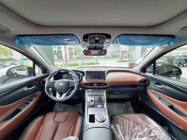 Khoang nội thất Hyundai Santafe màu đen
