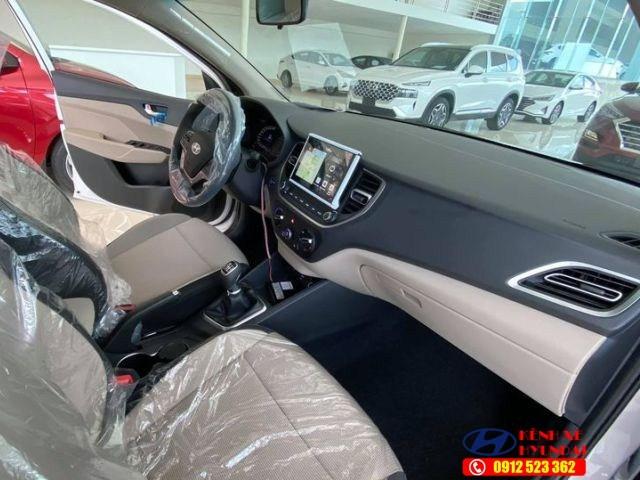 Nội thất Hyundai Accent MT bản đủ